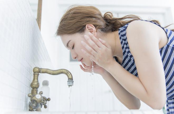 水で洗い流す