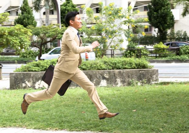 颯爽と走るストレッチスーツを着た男性