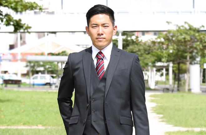 スーツを着たカメラ目線の男性
