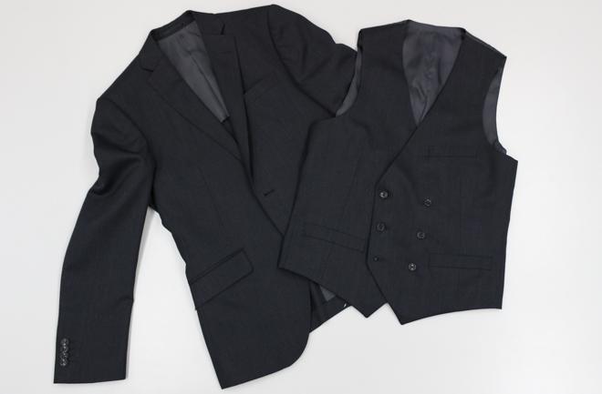 ブラックのスリーピーススーツ