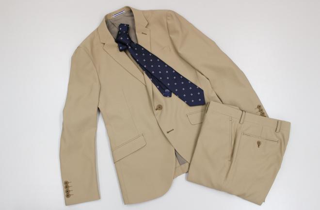 ベージュのストレッチスーツ