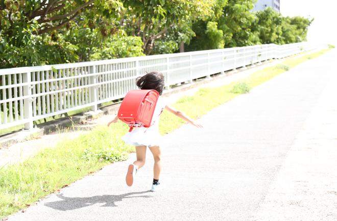 走るランドセルを背負った女の子