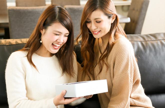 笑顔を浮かべる2人の女性