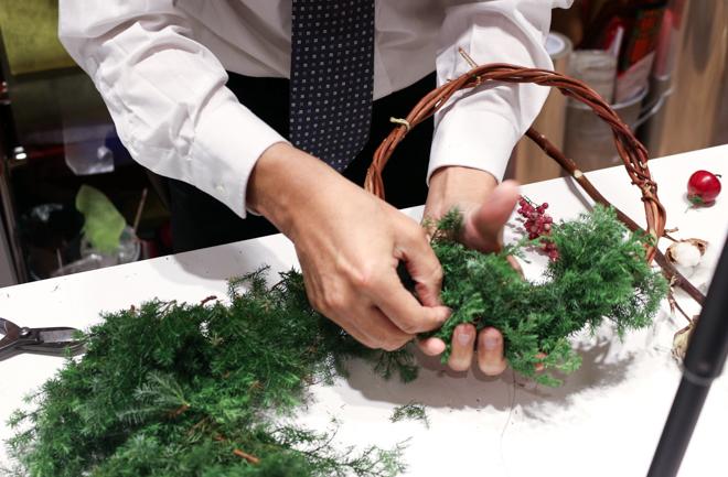 クリスマスリースを作るスタッフさん