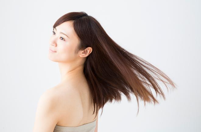 髪がなびく