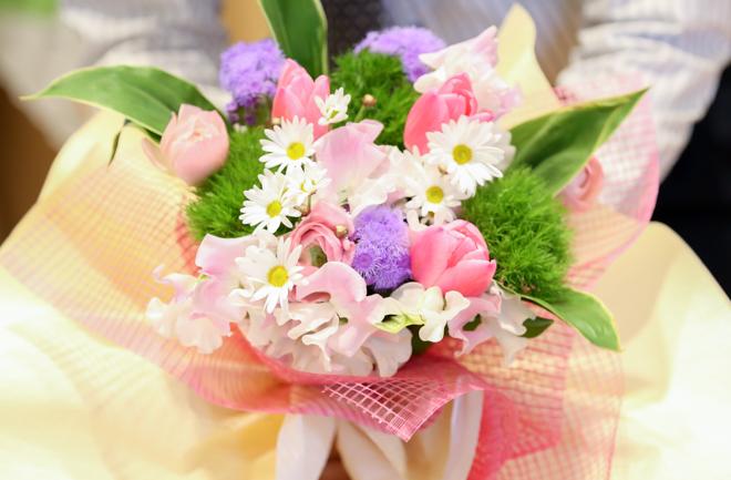 可愛らしい色合いの花束