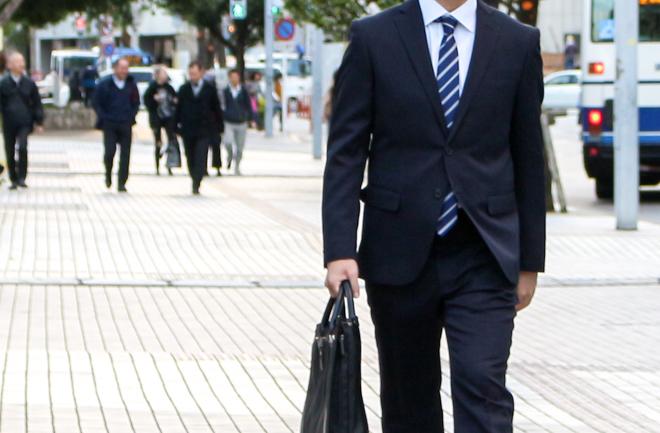 街中を歩く男性