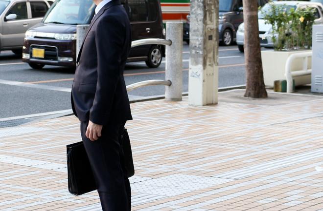 リクルートスーツを着た男性
