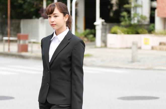 リクルートスーツを着た女性(上半身)