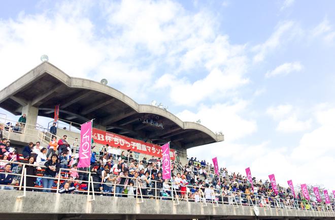観客と青空