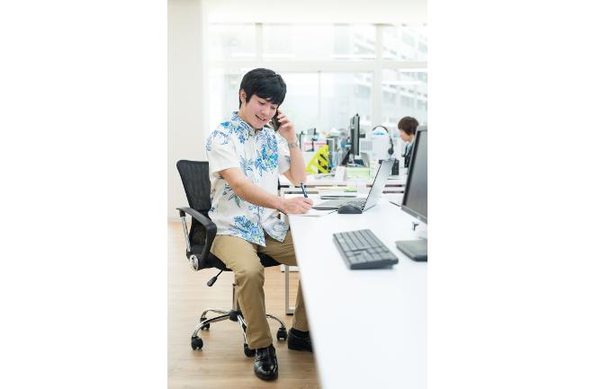 オフィス内で電話する男性