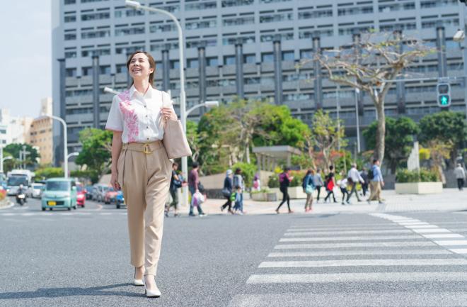 オフィス街を歩く女性