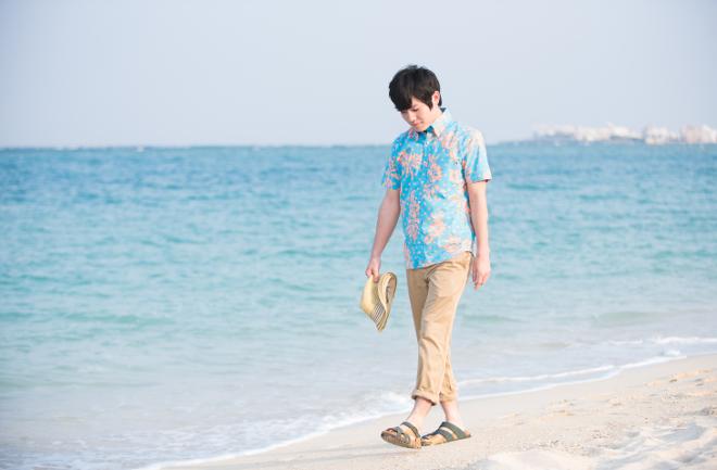 海沿いを散歩する男性