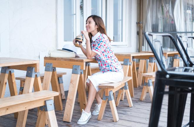 カフェでドリンクを飲む女性