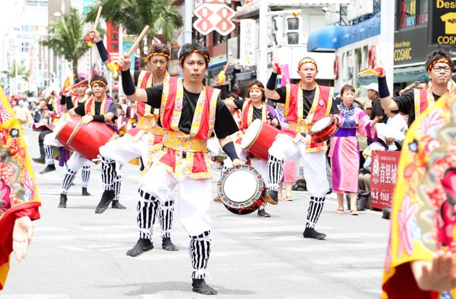 全力で舞を踊るイオン琉球エイサー隊