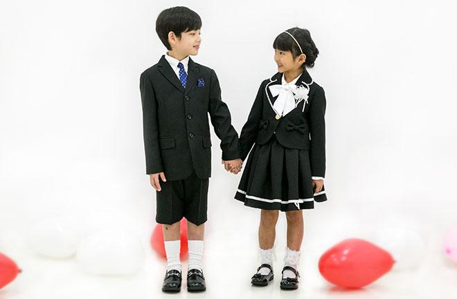 黒い服を着た男のと女の子