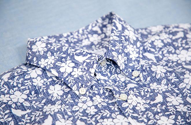 青い花柄シャツ