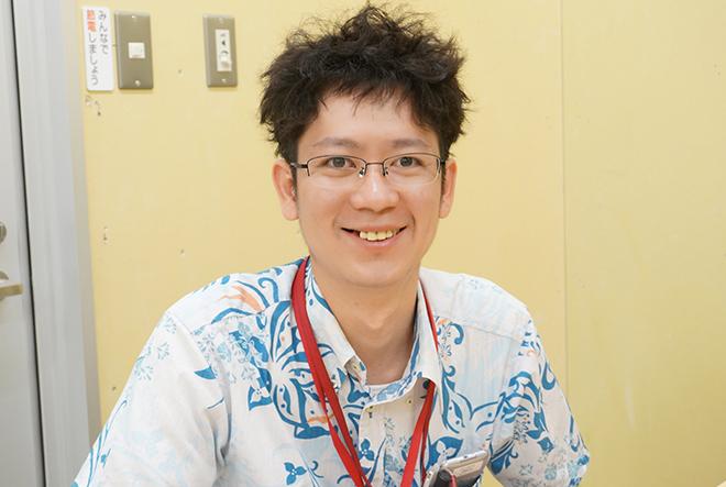 笑顔のかりゆしウェアを着た男性