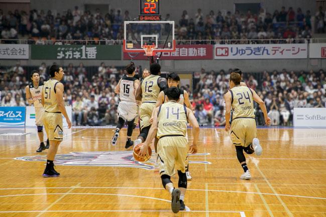 数人のバスケットプレーヤー
