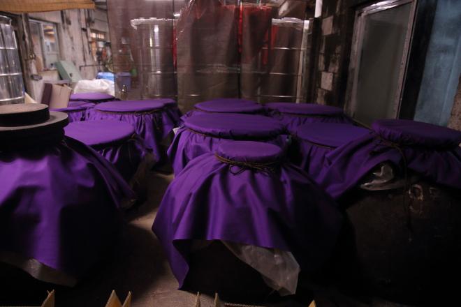 紫の布をかぶせた壺