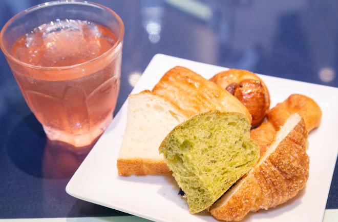 ドリンクと数種類のパン