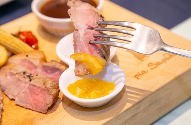 マーマレードソースにつける豚肉
