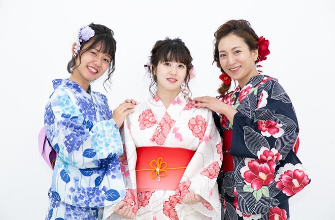 浴衣を着た三人の女性