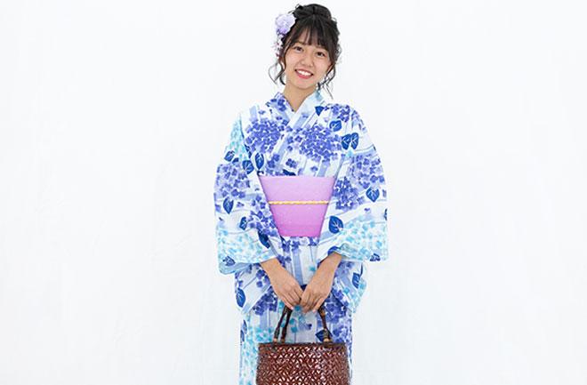 青い浴衣を着た女性