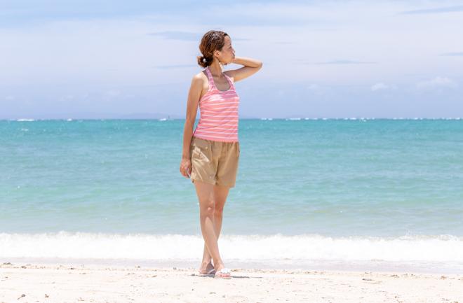 海とポーズをとる女の人