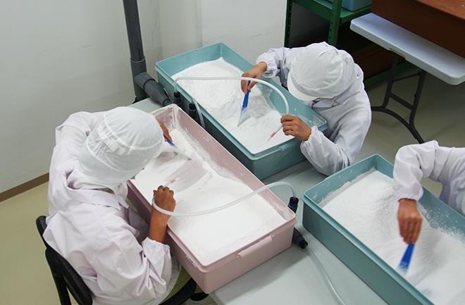 塩の検品作業の様子