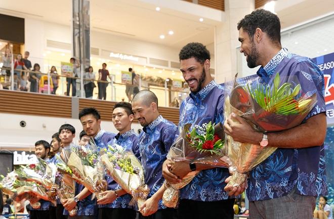 キングスの選手が花束を持っている