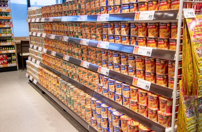 種類豊富なスープが並ぶ棚