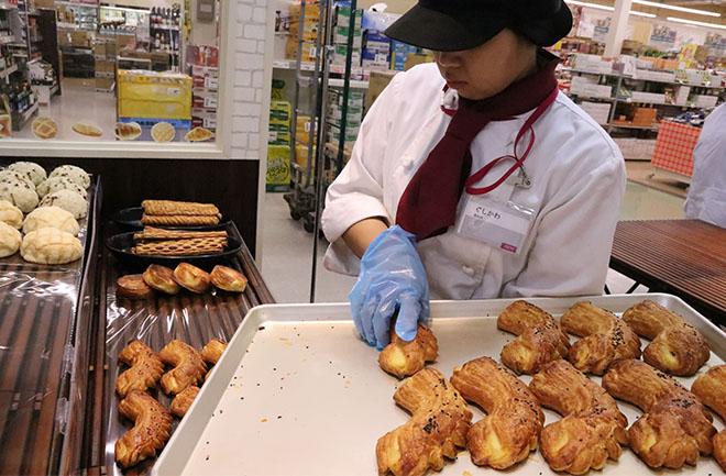 パンを店頭に並べる