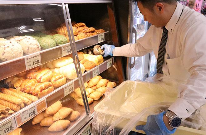 店頭にパンを並べている