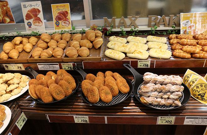 店頭に並ぶ様々な種類のパン