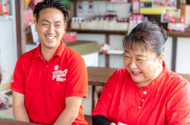 笑顔で取材に答える哲子さんと康次郎さん