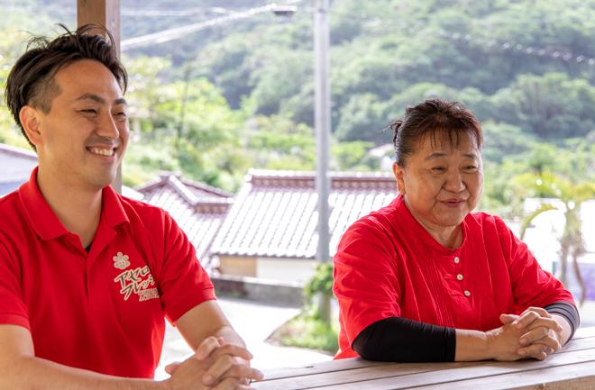 笑顔でインタビューに答える哲子さんと康次郎さん