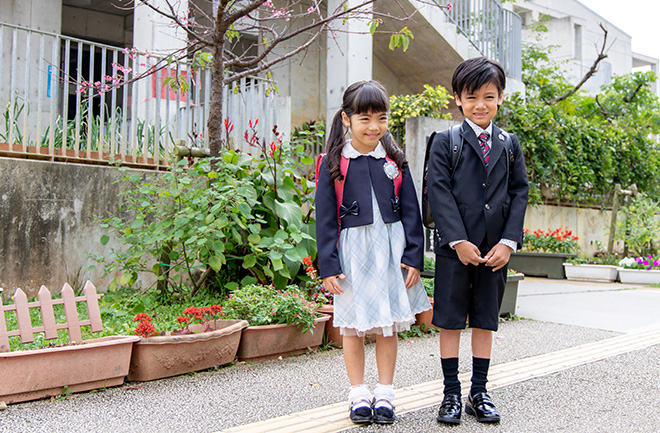 お洒落なスタイルのスーツを着用している女の子と男の子