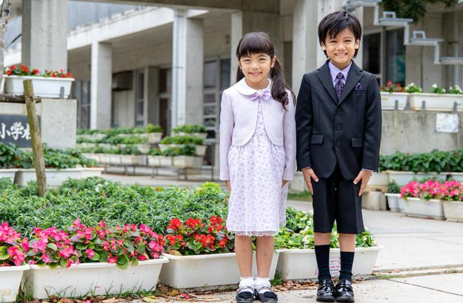 華やかなスタイルの服を着用する女の子と男の子