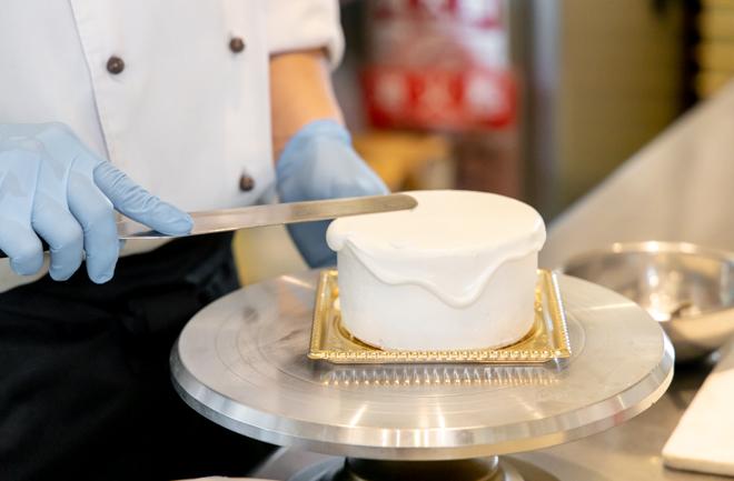 ケーキに生クリームを塗っていく様子