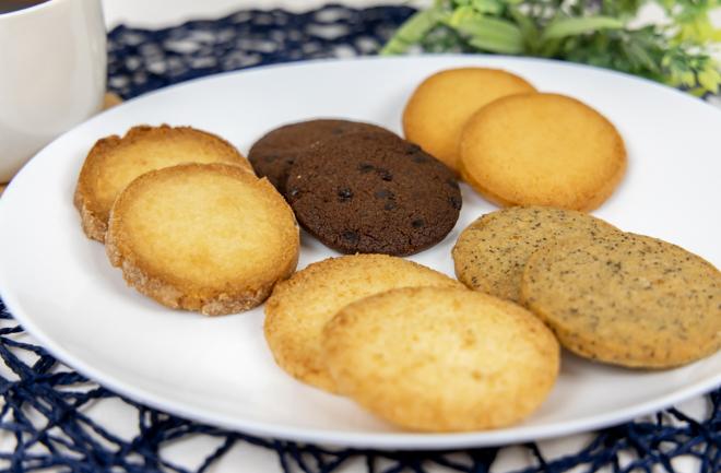 たくさんのクッキーを皿に盛った写真