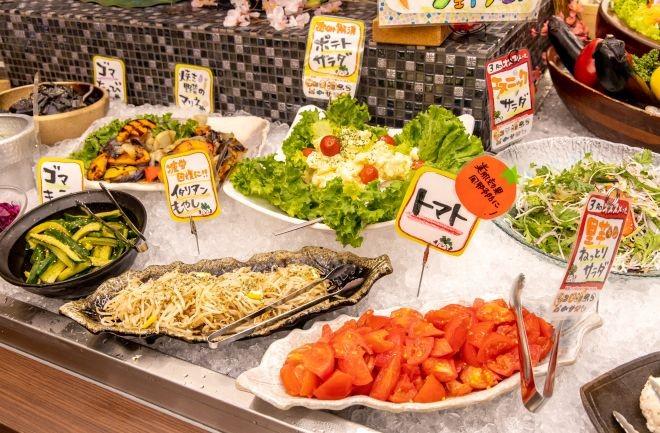 トマトや野菜などサラダコーナー