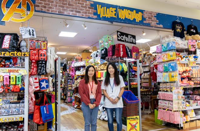 ヴィレヴァンのお店前に立つ2人のスタッフ