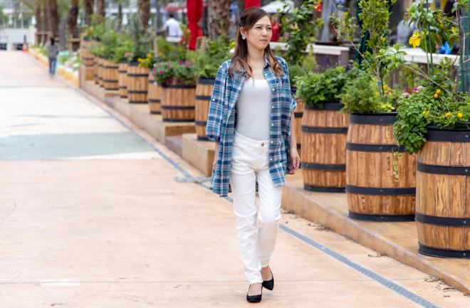 北谷の町を歩く女性