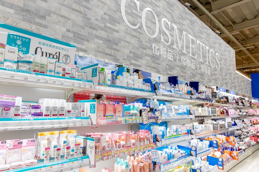 イオンドラッグ安謝店の化粧品コーナー