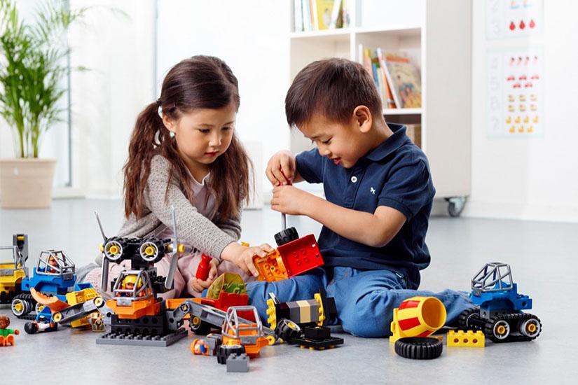 男女の子供がレゴで遊ぶ様子
